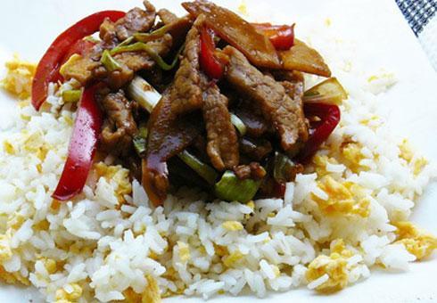 Pikáns kínai sertés tojásos rizzsel